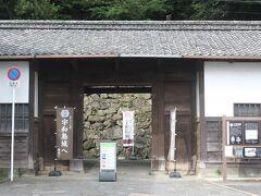 宇和島城の前までやってきました。  家老桑折家の長屋門が宇和島城への入口となっています。
