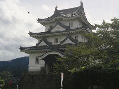 宇和島城天守閣です。 宇和島城の天守閣は江戸時代から残る「ホンモノ」の天守閣です。 寛文2年(1662年)、江戸幕府4代将軍、徳川家綱の時代に建てられたものです。 宇和島城は本丸、二の丸など他の建物は取り壊されたり焼失しましたが、天守閣は奇跡的に残りました。
