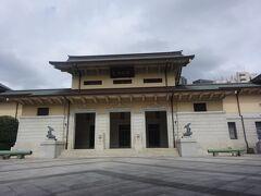 遊就館正面(明治10年頃構想し明治15年開館。敗戦により廃止されましたが、昭和61年7月、再び、開館しました。)
