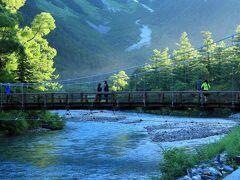 上高地のシンボル、梓川と河童橋が見えてきました。 しかもバック(上流側)の穂高連峰が山頂までキレイに見えています(^^)