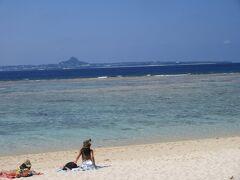 前に伊江島が綺麗に見えます。