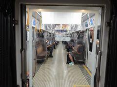 天神から空港へは地下鉄で移動。こちらも日曜の午前中とは思えない空き方です。いろいろ言われているけど、外出自粛している人の方が大多数なんですよね。