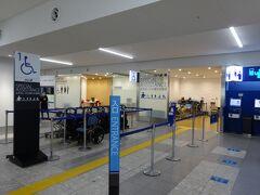 福岡空港駅から「乗り継ぎホール」のエレベータを上がれば、あっという間にチケットカウンター。今回の往路は、スターフライヤーに搭乗します。  福岡空港ではANAのカウンターで受付する決まりです。「お手伝いが必要なお客様」カウンターも、利用できました。
