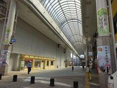 アーケード街のような道。 まっすぐ行くと秋田駅に突き当たる。