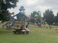 「羽生水郷公園」南側駐車場に車を停めなおして、遊具がある場所にやってきました。