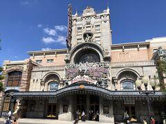 千葉県浦安市舞浜『東京ディズニーシー(TDS)』 アメリカンウォーターフロント  2021年4月1日に新しいショーがスタートした【ビッグバンドビート ~ア・スペシャルトリート~】のエントランスの写真。  「ビッグバンドビート~ア・スペシャルトリート~」は、 「ビッグバンドビート」のスウィングジャズの音楽を中心にした レビューショーというコンセプトはそのままに、演出と構成を 一部変更して公演します。 ディズニーの仲間たちによる素敵なダンス、中でもミッキーマウスの 素晴らしいドラムプレイは一見の価値アリ!
