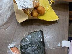 ムスメちゃんは、おにぎりとチーズ味のハッシュドポテト。