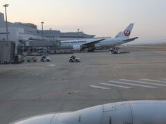 さて!台風で数回断念し、やっとこさ。 人生初の石垣島です。  コロ中なので一人旅もありだよね~と。 昨年は札幌に春頃行ったのでだいぶ久しぶりの遠方一人旅となります。  福岡空港から7時台の飛行機で出発! 早朝感が漂っておりますね(笑