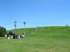 芝生の中に「霧ヶ峰夏山リフト」が見えます。
