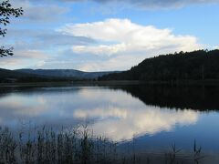 湖面に空や山や周りの木々がうつって美しい。