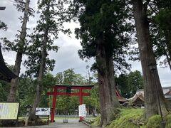 行く途中、行ったことのなかった羽黒山神社に寄りました。  徒歩の道もありますが、有料で山頂まで行ける道路もあり、天気も悪かったので車で山頂まで行きました。(通行料は400円でした。)