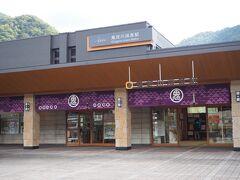 <鬼怒川温泉駅> 気になるので、外に出ました。 ここで、駅弁購入と思ってたのに転車台に気を取られ忘れてた。