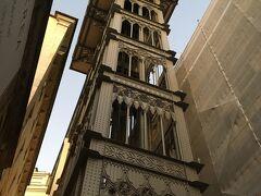 <サンタジュスタのエレベーター>  下から見上げると大きいわ! 高さ45m。  美しい装飾の鉄塔内にエレベーターがあります。