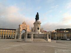 <騎馬像とコメルシオ広場>  広場の中央にはドン・ジョゼ1世の騎馬像。 周囲はアジュダ宮殿、現在の迎賓館です。