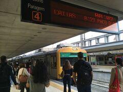 <カイス ド ソドレ駅>8:02  4番線ホーム。 8:02発のポルトガル鉄道でベレン駅に行きます。  電車はリスボアカードで無料です。