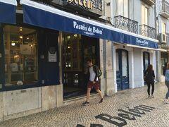 <パスティス デ ベレン>8:30  1837年創業のナタ(エッグタルト)の老舗。 行列ができるお店と聞いていましたが、 この時間帯は並ばずに買えました。