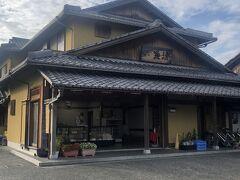 こちらの「魚清商店の本店」では、炭火焼きの鰻や小鮎のつくだ煮なとが売られてます。 買わへんかったけど…