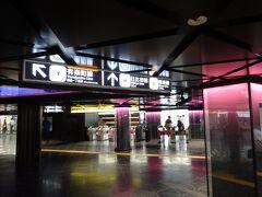 目の前の築地駅から日比谷線に乗り、怪しげな? 内装の銀座で乗り換え。