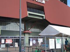 広島焼を食べた後はマツダスタジアムを訪問。MAZDA Zoom-Zoom スタジアム広島(マツダ ズーム・ズーム スタジアムひろしま)は、広島県広島市南区南蟹屋にある野球場です。プロ野球・セントラル・リーグ(セ・リーグ)の広島東洋カープの野球チームが専用球場(本拠地)として使用している。老朽化した初代の広島市民球場(2009年4月から2010年8月末までは「旧広島市民球場」、広島市中区基町)に代わる施設として、広島市が主体となり、広島市が取得していた旧・東広島貨物駅のヤード跡地に建設された野球場です。(Wikipedia参照)データーは完成したのが平成21年(2009年)3月28日(竣工式)、収容人員は33,000人(観客定員)です。