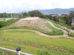 ここには弥生時代後期から終末期に作られた 「四隅突出型墳丘墓」が発掘保存されています。 古墳とは言わないのね。 当時出雲を治めていた王たちの墓とされています。 独特の形といい弥生時代としては最大級の大きさといい 古代のロマン感じるな~。 斜面は貼石で覆われていたそうで・・まるでピラミッドみたい。