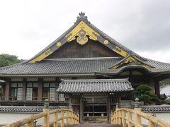 街中を歩いてみます。 伊予吉田藩は3万石の小藩でしたので、お城はなく、陣屋が殿様の住まい兼役所になっていました。 その陣屋跡にある町の図書館。 陣屋の模倣した建物です。