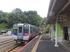 伊予吉田駅へ行き、特急で八幡浜に向かいます。 たった2両のささやかな特急。 コロナ禍でもあり、1両に数人しかお客は乗っていませんでした。