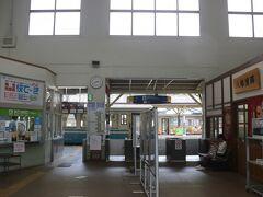 八幡浜駅へ到着です。 八幡浜はこのあたりの中心駅。 人気観光列車「伊予灘ものがたり」は松山とこの駅を結んでいます。  この駅でレンタカーを借りたのですが、3時からの予約なのに係員が不在。 結局3時直前に係りの人がきました。 3時に予約したんだから、もう少し前から待っていてほしいものです。