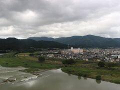 天守閣から見た肱川。 大洲城は肱川も防衛線として建てられました。  ここから見る肱川もいい景色ですが、対岸にある鉄橋を渡る予讃線から見る大洲城と肱川の組み合わせの車窓もなかなかのものです。