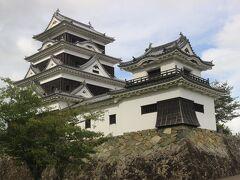 今日の泊は佐田岬ですが、時間が多少あったので、大洲城へ寄ります。  大洲藩は豊臣秀吉の若いころからの家臣だった加藤光泰に始まる加藤家6万石の城下町。 坂本龍馬が沈めてしまった「いろは丸」のオーナーでもありました。  お城は江戸時代からの城郭が残っていましたが、天守閣は最近復元建てられたものです。