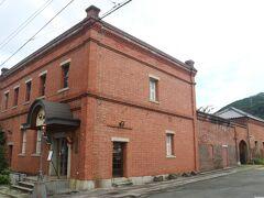 大洲城下町をぶらぶらと散策。 「おおず赤煉瓦館」。 かつては大洲商業銀行の本店だったところです。 現在はお土産物店として使われています。