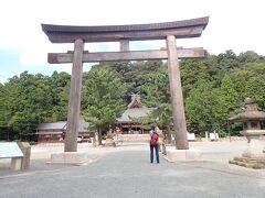 出雲へ戻ります。 途中立ち寄ったのは・・ 石見国一宮物部神社  木造の大きな鳥居をくぐります。