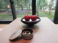 部屋には赤いリンゴが置いてありました。 手前の容器には月に兎の和菓子が入っています。