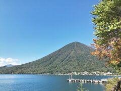 そんな私のリクエストに対し相棒がプレゼンしてくれた山が、日光にある男体山。 男体山は中禅寺湖畔にそびえる山で、今までにもその姿は何度も下から眺めてはいるが、まだ、その山肌にはチャレンジしたことはない。  (写真:中禅寺湖畔から眺める男体山)