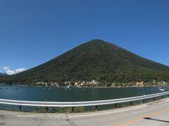 12時半に下山を終え、中禅寺湖半から先ほどまで山頂にいた男体山を眺める。  男体山には日光富士の別名があり、富士山の傾斜角が28度であるのに対し男体山は少し急な30度。 その裾野の広がり方も富士山と確かに似ているかもね。  富士山登山は好きではないが(ひたすら人のお尻を見て歩くだけで、歩いている途中の景色も代わり映えしなく大して面白くなかったしね)、各地のミニ富士を歩くのは地域ごとに景色がいろいろあって、楽しいかな。  昨年の秋には浄土平で吾妻小富士、今年の春は薩摩富士の開聞岳、そして今回は日光富士の男体山を攻めてみた。  さて、次は、どこのご当地富士を愉しもうかな?