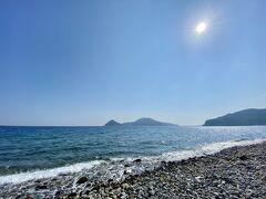 こんなゴロゴロ石の浜辺なので  歩くのはやめときました