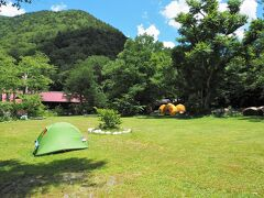 徳沢キャンプ場に到着~!  上高地公式WEBサイトによれば 昭和初期までここは牧場だったとのこと。5月中旬にはニリンソウが群生となって咲き乱れ、ハルニレやカツラの巨木が木陰を作り、夏や秋の最盛期には100張にのぼるテントが色とりどりの花を咲かせるそうです。 https://www.kamikochi.or.jp/learn/spot/%E5%BE%B3%E6%B2%A2
