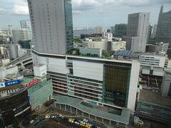 目の前は横浜駅ビュー。 去年オープンしたNEWoMan横浜の混雑も少し緩和されました。が、横浜駅はいつもすごい人出(;´∀`)