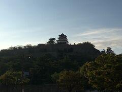翌朝です。徒歩すぐの丸亀城を拝みます。