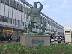 岡山駅に着きました。桃太郎が迎えてくれます。
