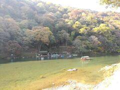 桂川に出ました。この辺りは静かな流れで、浮かぶ船が景色になります。