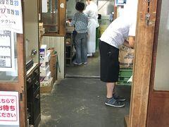 さて、うどんツアーに出発! 1軒目は、おなじみ須崎食料品店です。 営業時間が11:30までなので先に訪問しました。