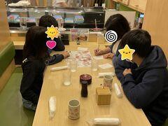 17:50 小樽ではぜひお寿司を食べたかった。 けど、子どもがいるので回転寿司で。 たくさんのお店があって迷いましたが、昼に「ニセコウッカ」さんで聞いていた「うずしお」さんへ。 小樽市街地からは離れていますが車もたくさん停まっていて、店内もほぼ満席でした。 こちらは鶏の半身揚げで有名なお店が始めたお寿司屋さんらしい。 なので、お寿司だけでなく鶏の唐揚げ(ザンギ)もいただきました。 半身揚げはみんなお腹いっぱいでトライできなかったけど、いつか食べてみたいな。 お寿司も鶏もおいしかったです!