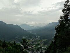 というか、来る途中からうすうす感じてましたが、なんか、、いい感じに雲でてる?!だったらもしかして、竹田城行くんじゃなくて、よくある こういう写真 https://www.city.asago.hyogo.jp/takeda/0000001275.html が撮れる 立雲峡から見た方がいいのか、と一瞬思いましたが、、まあ、スマホではろくな写真にならないかなあ、とも思いなおして素直に竹田城址へ上ることにしました。