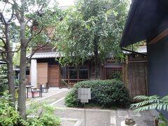 公園内には千代田区の有形文化財に指定されている、遠藤家旧店舗・住宅主屋が建っています。保存するだけではなく、カフェとして営業しているのがいいですね。