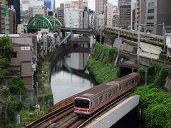 ラッシュ時とあって、神田川の上をひっきりなしに電車が行き交います。
