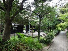 開門時間を前に、湯島聖堂の門が開いていたので、外からちょっと見学。