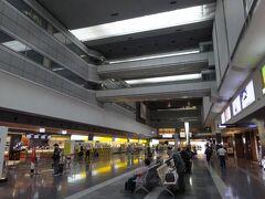 羽田空港に到着。平日とあって人はまばらです。コロナ禍以降、3番目くらいの閑散っぷり。感染者数はずいぶん減ったけど、まだまだ緊急事態宣言下です。  次回の6週間後には、だいぶ空気感も変わってきているのではないでしょうか。