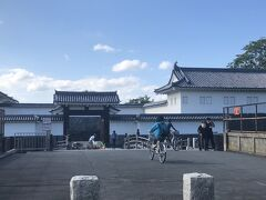 べにちゃんバスで100円「霞城公園前」下車。二の丸東大手門から入ります。