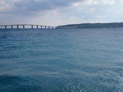 与那覇前浜側から見た来間島です さてさてちょっと走り疲れたので宿へ行きましょう