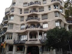 カサミラ 元はガウディが作ったお金持ちの邸宅、今はアパート(日本で言うマンション)で世界遺産です。 昔のバルセロナに来た時にはガウディの建築物に感動し色々な建築物を見て回ったものですが今回再び来てみるとどの建物も綺麗になっていて、しかも入場料払えば中に入れたりお土産屋さんまであったり・・・・ 以前は誰かが住んでいるので外から眺めるだけだった様な記憶がありますが以前から入れたのかな?